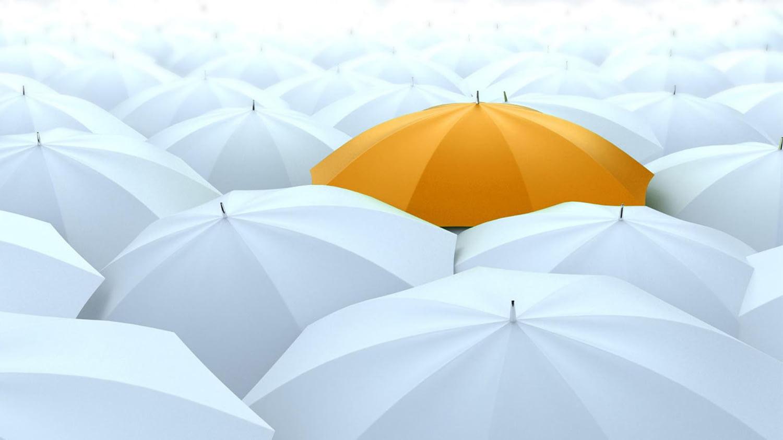 Ein aufgespannter gelber Regenschirm inmitten vieler weißer Regenschirme