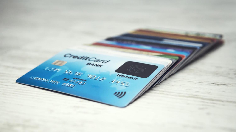 Mehrere Kreditkarten liegen versetzt übereinander auf einem Tisch