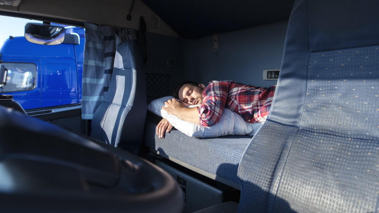 Trucker schläft auf der Rückbank seines LKW