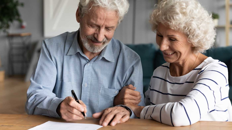 Älteres Ehepaar schreibt Testament