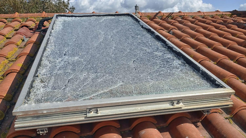 Ein im Dachgeschoss integriertes Fenster ist zersplittert