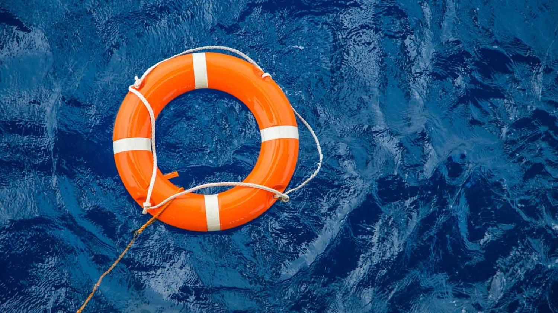 Rettungsring mit Rückholschnur schwimmt auf der Meeresoberfläche