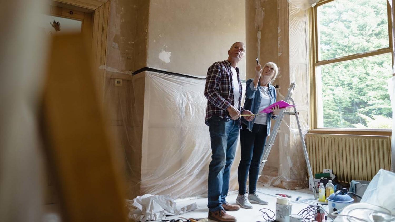 Paar plant Umbau inmitten eines zur Renovierung vorbereiteten Raumes