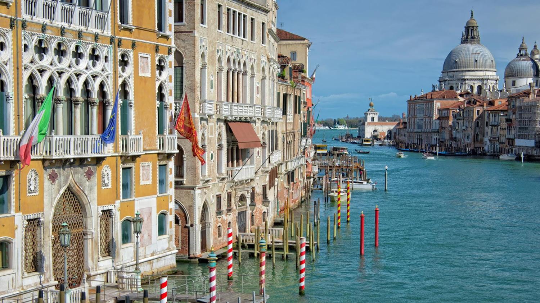Häuserkulisse vor dem Canale Grande in Venedig
