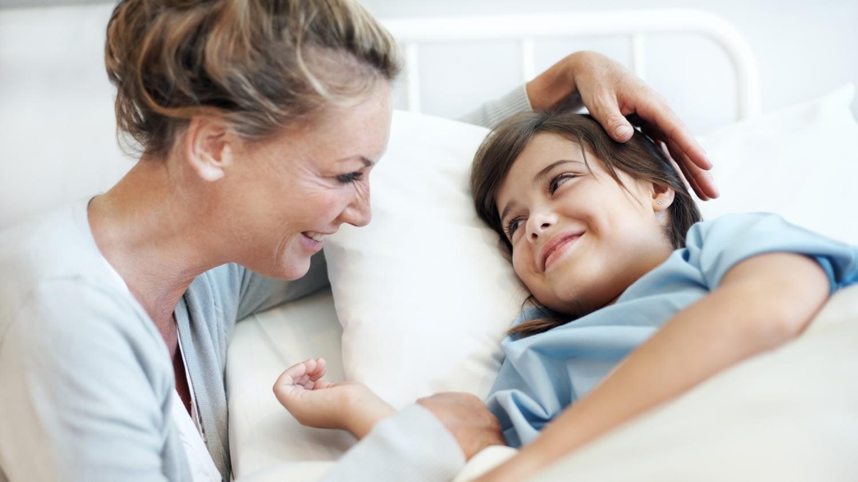 Mutter bei ihrem Sohn am Krankenhausbett