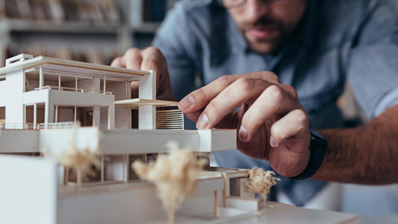 Architekt baut ein Modell eines Hauses