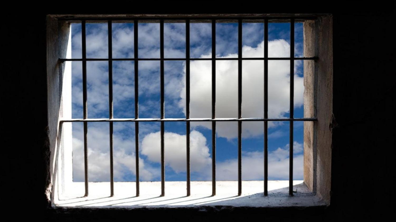Blick aus einer Gefängniszelle in den blauen Himmel