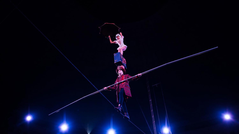 Zwei Akrobaten balancieren über ein hohes Seil
