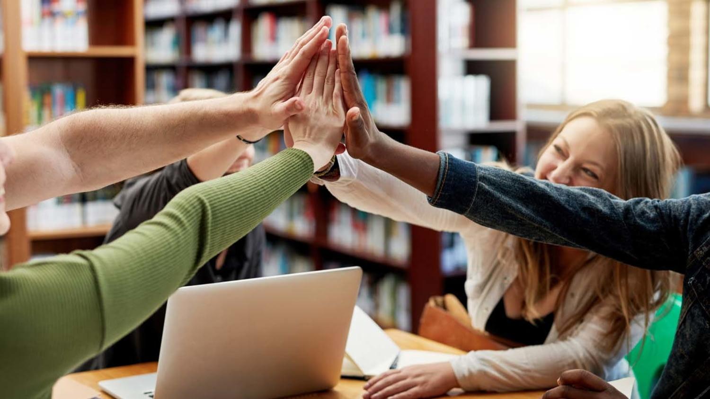 Mehrere Studenten geben sich gegenseitig ein High Five