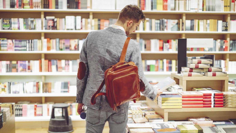 Junger Student betrachtet die Auslage in einer Buchhandlung