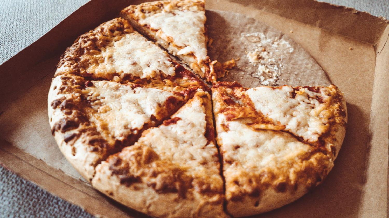 Nahaufnahme von Pizza im Karton