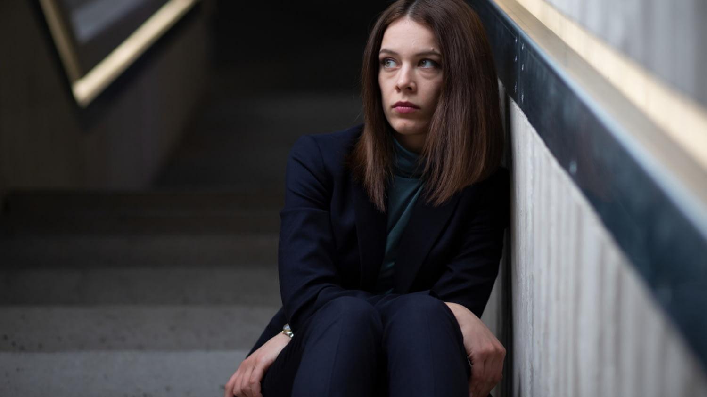 """""""Bad Banks, 2. Staffel"""": Jana Liekam (Paula Beer) sitzt auf den Stufen einer Betontreppe"""
